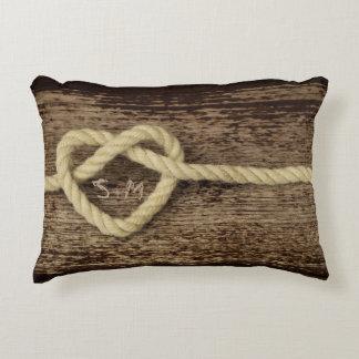 Nudo del corazón en la almohada con monograma de