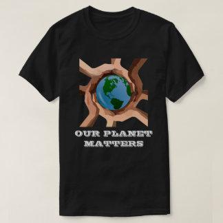 Nuestro planeta importa camiseta