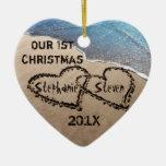 Nuestro primer navidad dos corazones en el adorno de navidad