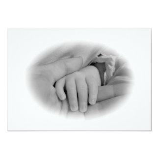 Nueva mamá y bebé que sostienen la foto de las invitación personalizada