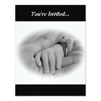 Nueva mamá y bebé que sostienen la foto de las invitacion personal