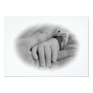 Nueva mamá y bebé que sostienen la foto de las comunicado