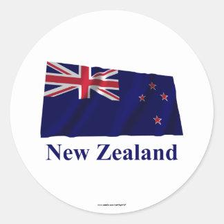 Nueva Zelanda que agita la bandera con nombre Pegatina Redonda