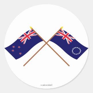 Nueva Zelanda y banderas cruzadas de las islas de Pegatina Redonda