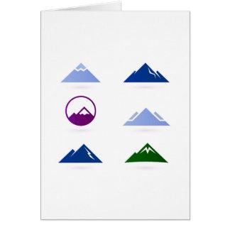 Nuevo saludo con los iconos a mano de las montañas tarjeta de felicitación