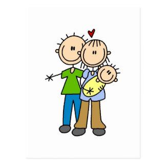 Nuevos padres con las camisetas y los regalos del postal