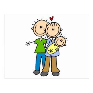Nuevos padres con las camisetas y los regalos del  tarjetas postales