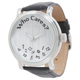 números revueltos en la madera blanqueada reloj
