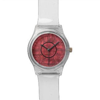 Números romanos en fondo texturizado rojo reloj de pulsera