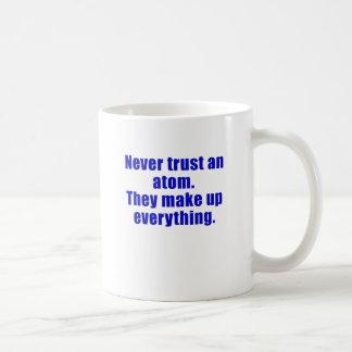 Nunca confíe en un átomo que hacen todo para taza clásica