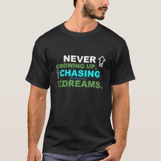 Nunca creciendo y persiguiendo encima de sueños camiseta