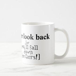 """""""Nunca mire detrás"""" la taza"""