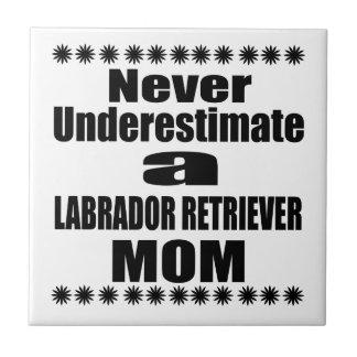 Nunca subestime a la mamá del LABRADOR RETRIEVER Azulejo De Cerámica