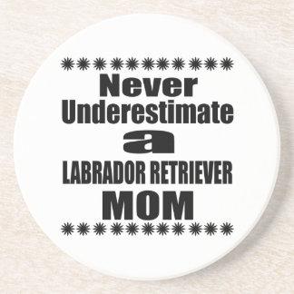 Nunca subestime a la mamá del LABRADOR RETRIEVER Posavasos