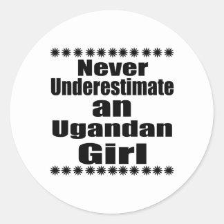 Nunca subestime a un chica del Ugandan Pegatina Redonda