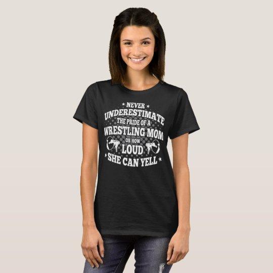 Nunca subestime el orgullo de una mamá de lucha camiseta
