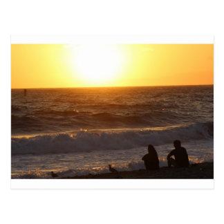 Observación de la puesta del sol postal