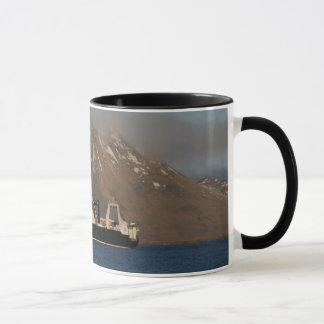 Océano de Alaska, barco rastreador de fábrica en Taza