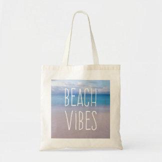 Océano hermoso de la sensación de la playa y bolso de tela