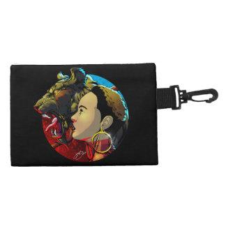 Okira con el bolso del accesorio del mascota