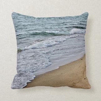 Olas oceánicas y arena cojín decorativo