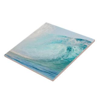 Onda azul del Océano Pacífico que rompe la baldosa