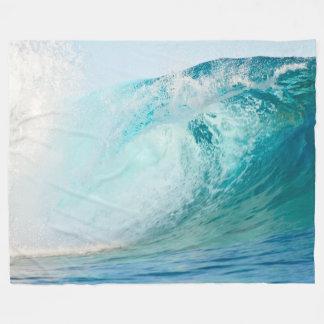 Onda azul del Océano Pacífico que rompe la manta Manta Polar