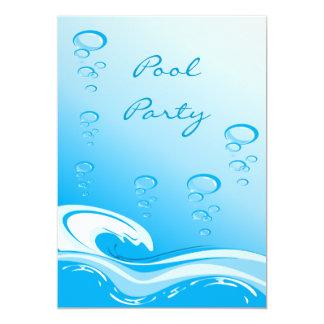 Onda y burbujas de la fiesta en la piscina comunicado personalizado