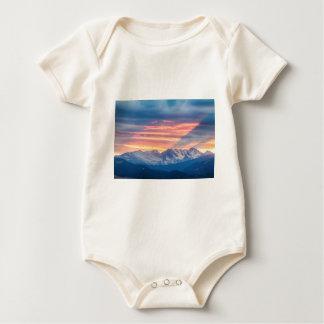 Ondas de la puesta del sol de la montaña rocosa de body para bebé