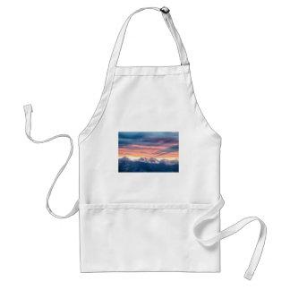 Ondas de la puesta del sol de la montaña rocosa de delantal