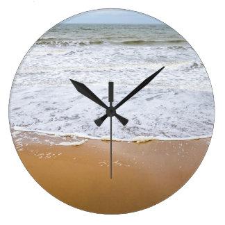 Ondas en el reloj de pared de la playa