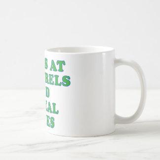Ondas en las ardillas y las cajas de cereal tazas de café