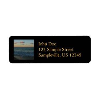Ondas que se estrellan en el paisaje de la playa etiquetas de remite