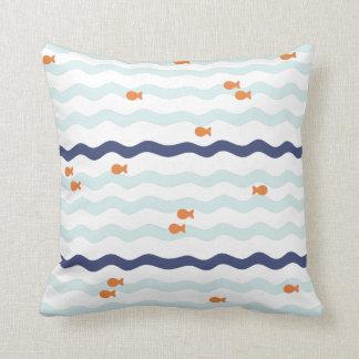 Ondas simples del azul de la almohada del modelo