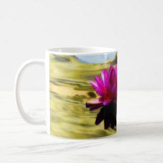 Ondulaciones del lirio - lirio de agua taza de café