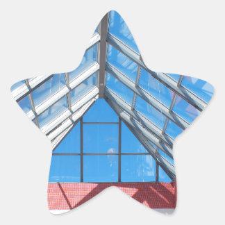 Opinión ascendente sobre el tejado de cristal pegatina en forma de estrella
