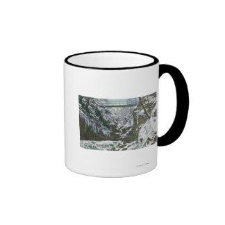 Opinión de puente colgante de la garganta del parq taza de café
