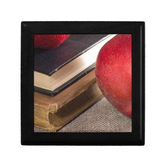 Opinión del primer de las manzanas rojas y viejo caja de regalo
