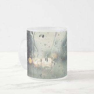 Opinión mojada de la calle de la ventana taza de cristal esmerilado