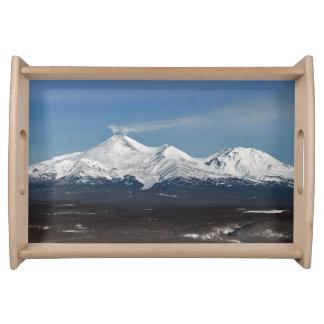 Opinión pintoresca del invierno de los volcanes de bandejas