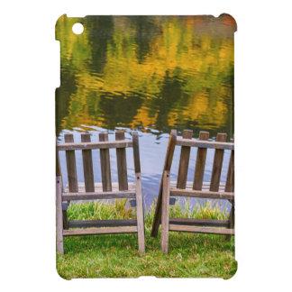 Opinión romántica del lago season del otoño para