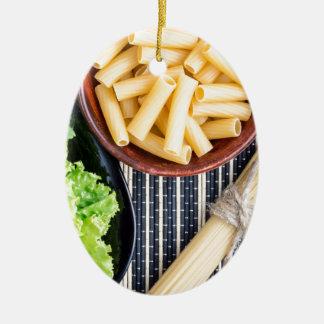 Opinión superior los espaguetis, las pastas y la adorno de cerámica