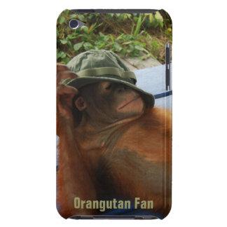 Orangután lindo en gorra del ejército funda iPod
