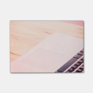 Ordenador rosado en la nota de la inspiración de