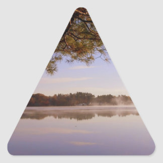 Orilla del lago de la madrugada pegatina triangular
