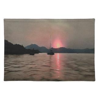 Orillas de la puesta del sol en rosa y gris salvamanteles