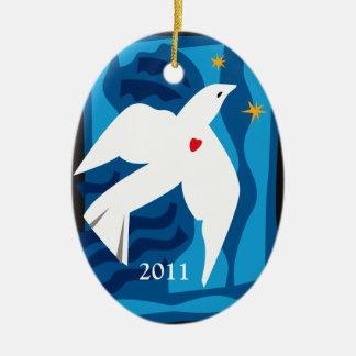 Ornamento 2013 de la paloma de la paz adorno navideño ovalado de cerámica