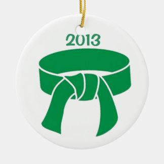 Ornamento 2013 del cinturón verde adorno navideño redondo de cerámica