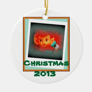 Ornamento 2013 del duende del navidad adorno navideño redondo de cerámica