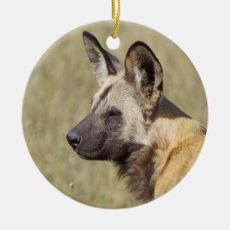 Ornamento africano del perro salvaje adorno navideño redondo de cerámica